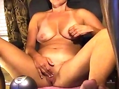 Mature with bikini lines uses her favourite toy on cam - Bunniesoflincoln.com