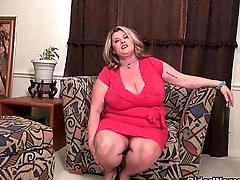 BBW milf Kimmie KaBoom rubs will not hear of throbbing clit